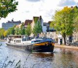 De Gandalf varend door Amsterdam