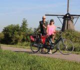 fietsers bij windmolen