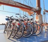 Elizabeth fietsen op het dek