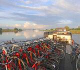 Sarah fietsen op dek bij Wijk bij Duurstede