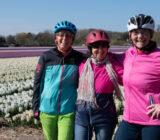 lachende gasten voor tulpenveld