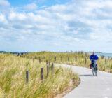 Fietser op fietspad langs de Waddenzee in Texel