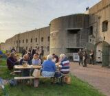 Fort bij Spijkerboor bunker eten mensen buiten