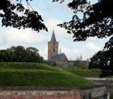 Naarden stad kerk muur gracht water ()