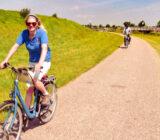Fietsen langs de dijk in Friesland